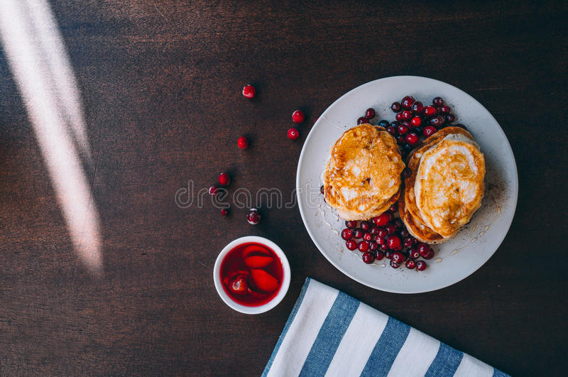 Miel et baies de Pancakeswith photo stock