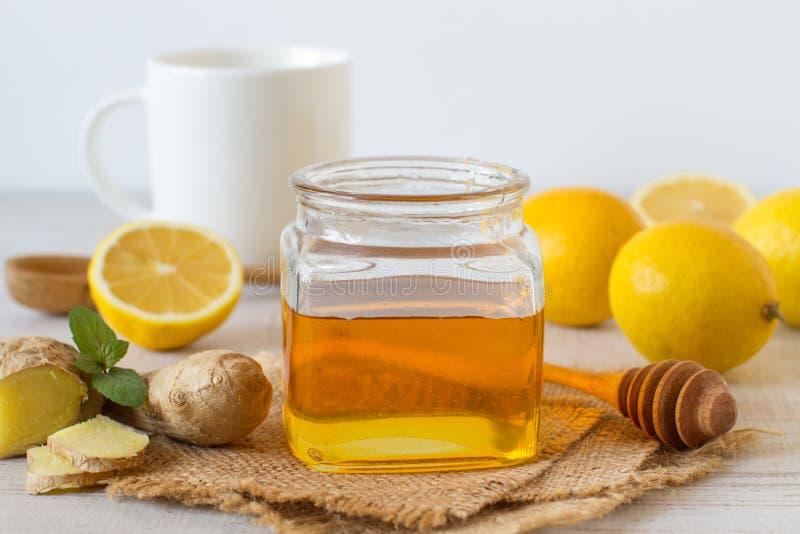 Miel, limón y jengibre frescos en un fondo de madera foto de archivo libre de regalías