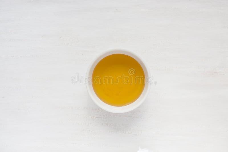 Miel liquide dans un plat au centre de la table photographie stock