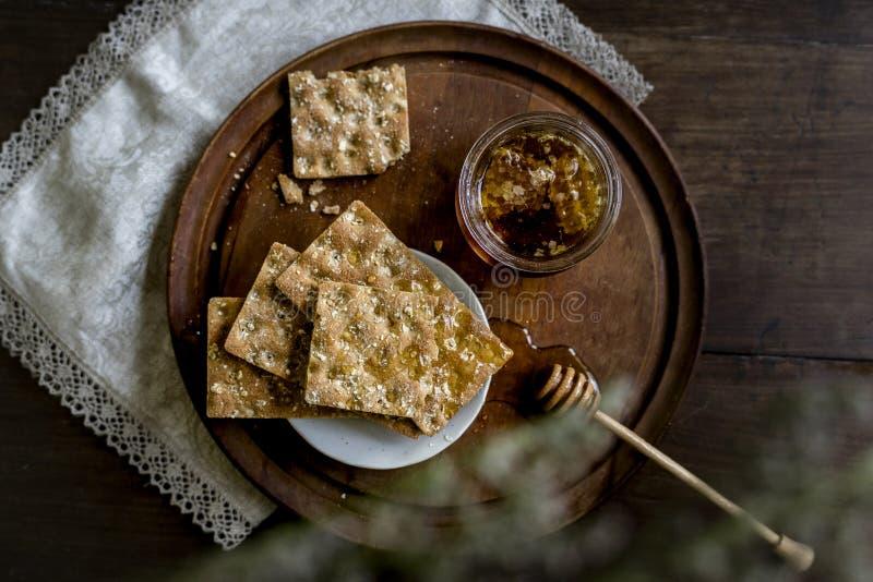 Miel orgánica con pan duro imagenes de archivo