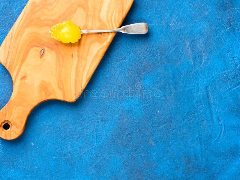 Miel organique sur la cuillère d'argent photo stock