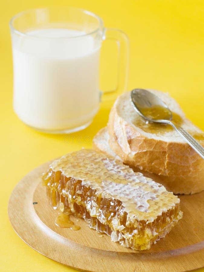 Miel, pan y leche fotografía de archivo