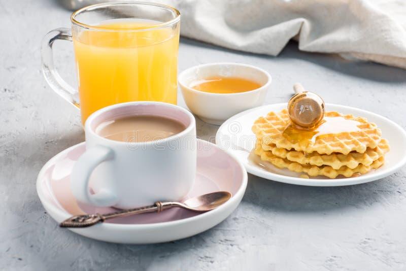 Miel sana de las galletas del jugo del café del desayuno en fondo concreto gris imagen de archivo libre de regalías