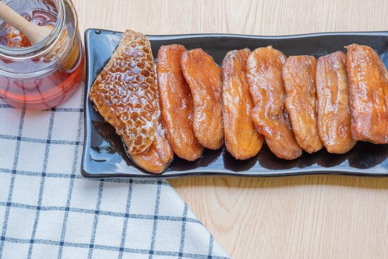 Miel sec de bananes cuit au four dans le plat images stock