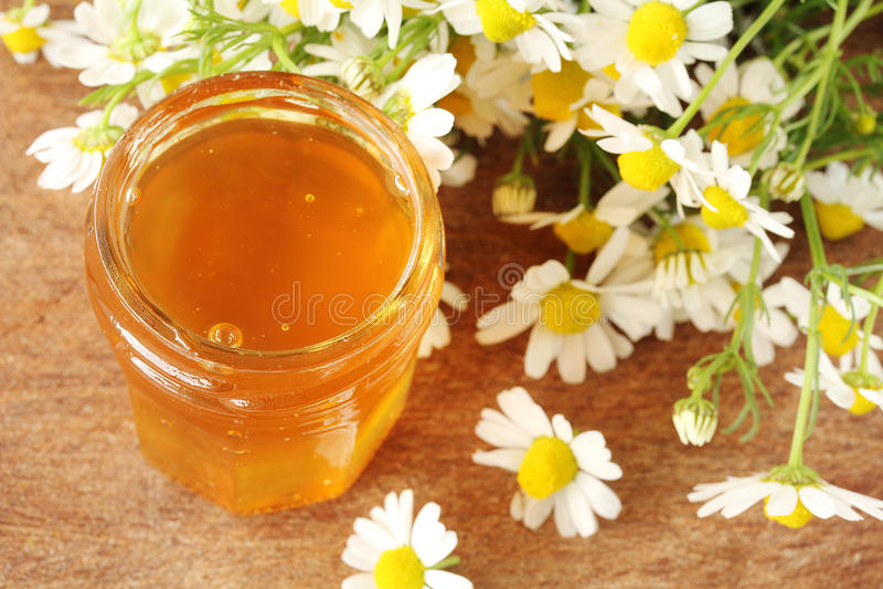 Miel sur une table en bois image stock