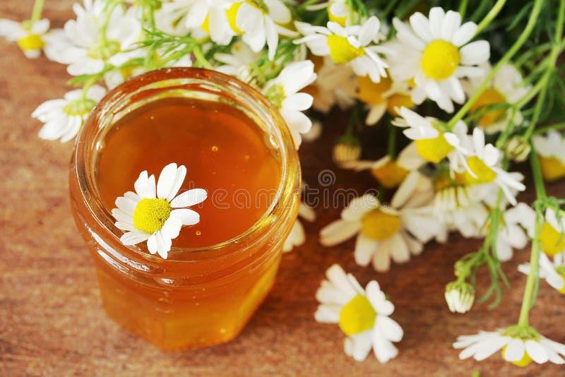 Miel sur une table en bois images stock