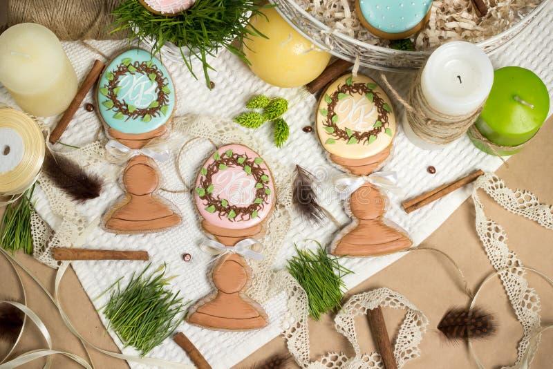Miel-tortas del huevo de Pascua del regalo de la familia, pan de jengibre, diseño de la primavera de la celebración imagenes de archivo