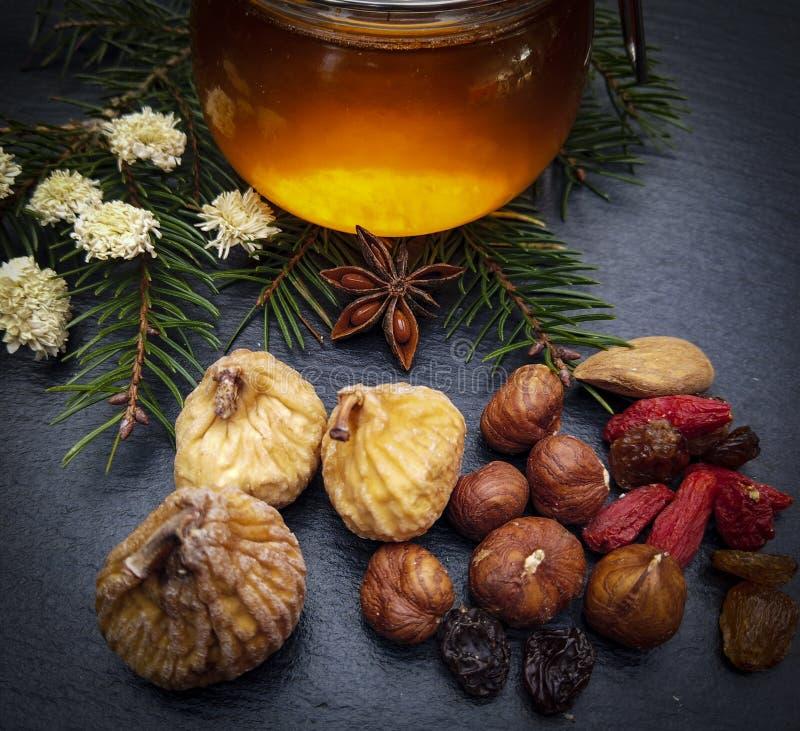 Miel y frutas secadas imagen de archivo
