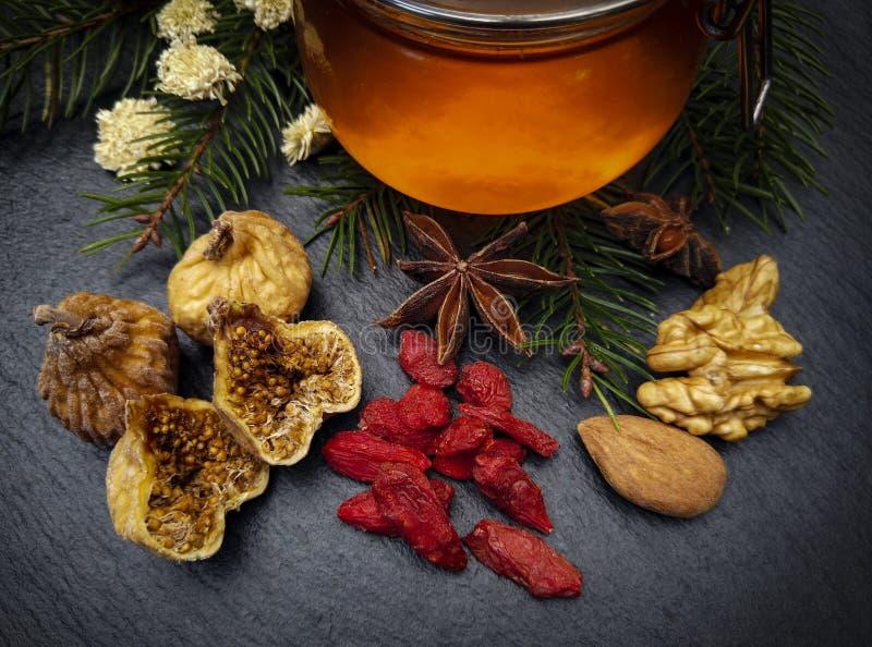 Miel y frutas secadas foto de archivo libre de regalías