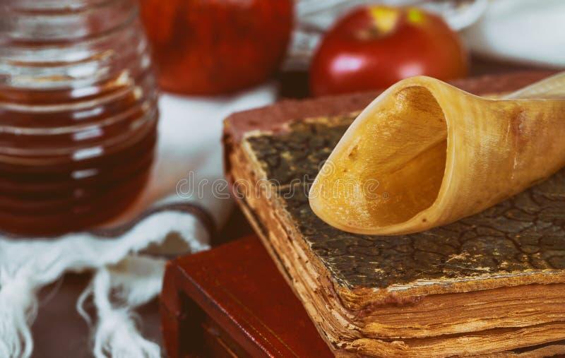 Miel y manzanas judías de Rosh Hashana del día de fiesta con el libro del torah de la granada, kippah un talit del yamolka imagen de archivo libre de regalías