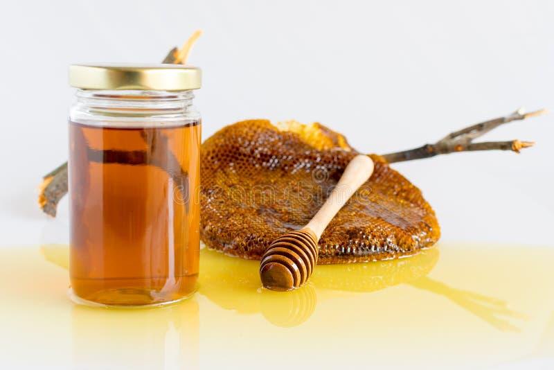 Miele con il favo fotografie stock libere da diritti