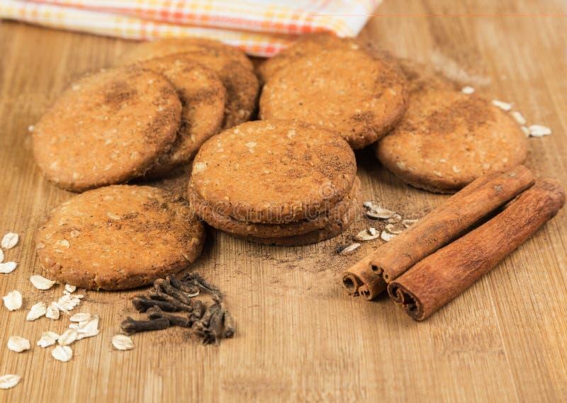Miele dei biscotti con i dadi, i fiocchi di avena, la cannella ed i chiodi di garofano fotografia stock