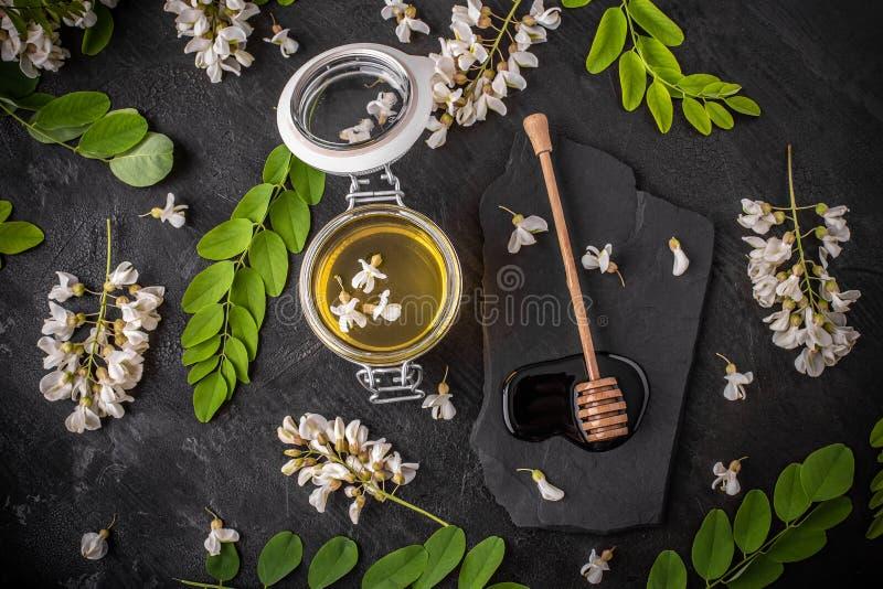 Miele dell'acacia in barattoli di vetro fotografia stock