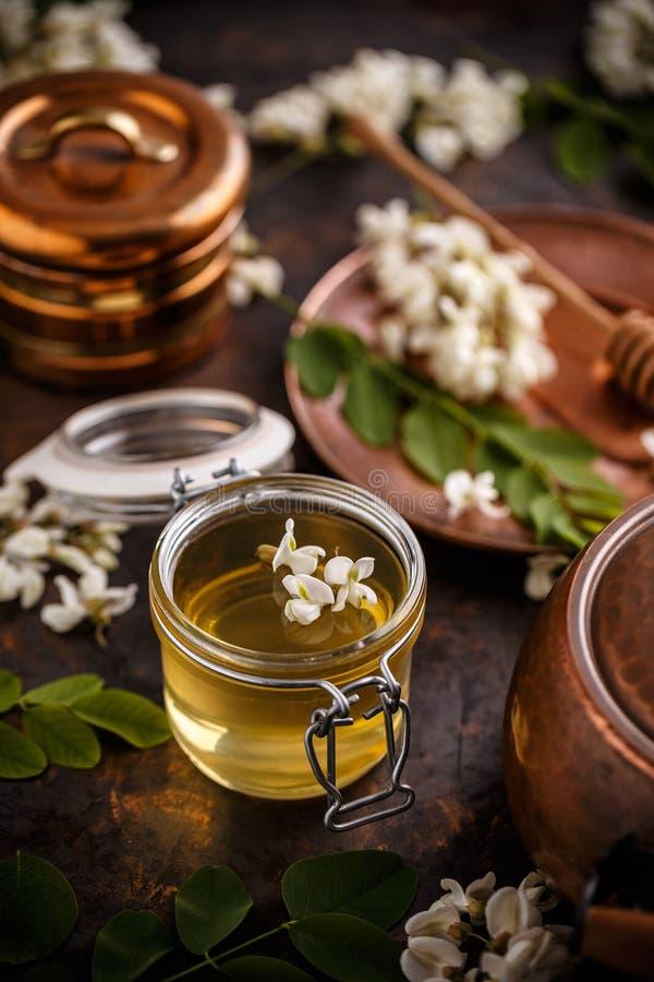 Miele dell'acacia in barattolo fotografia stock