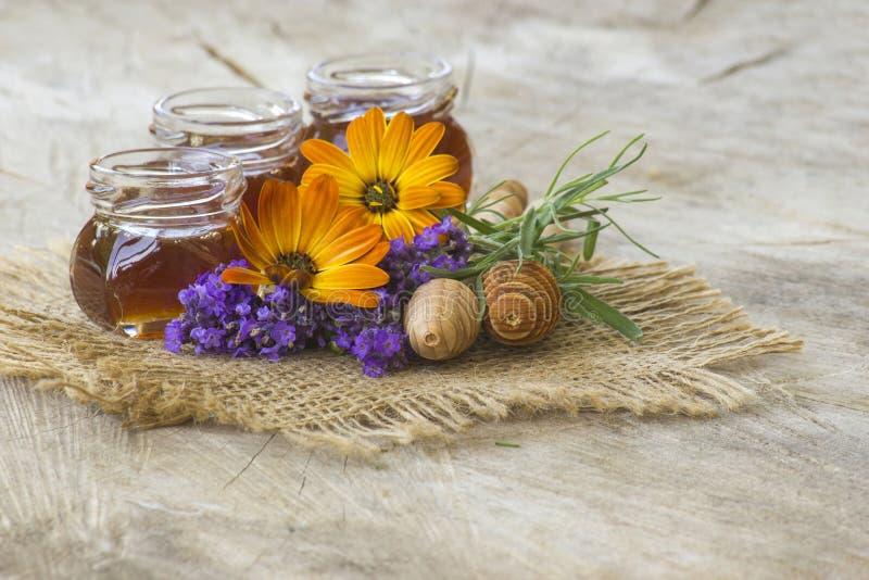 Miele e fiori - fondo di legno fotografia stock
