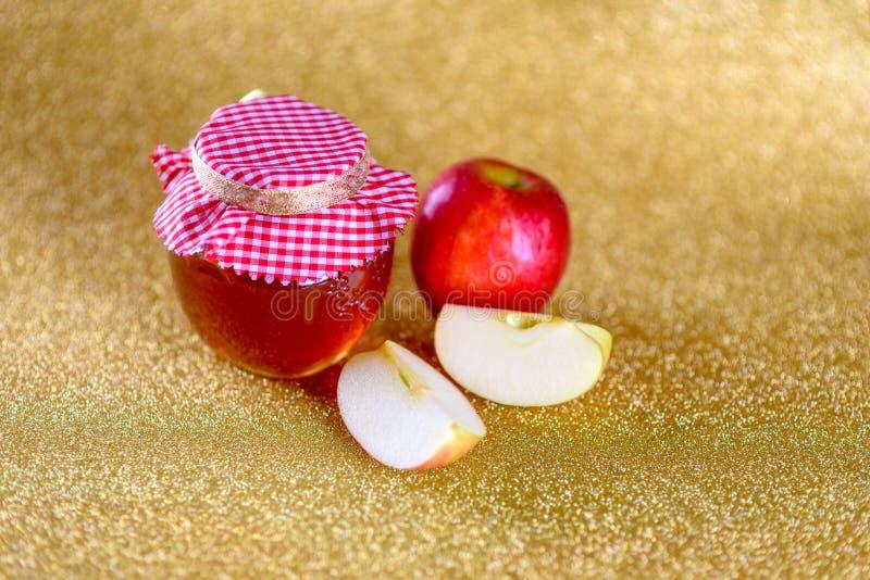Miele e mele sopra fondo dorato festivo fotografia stock
