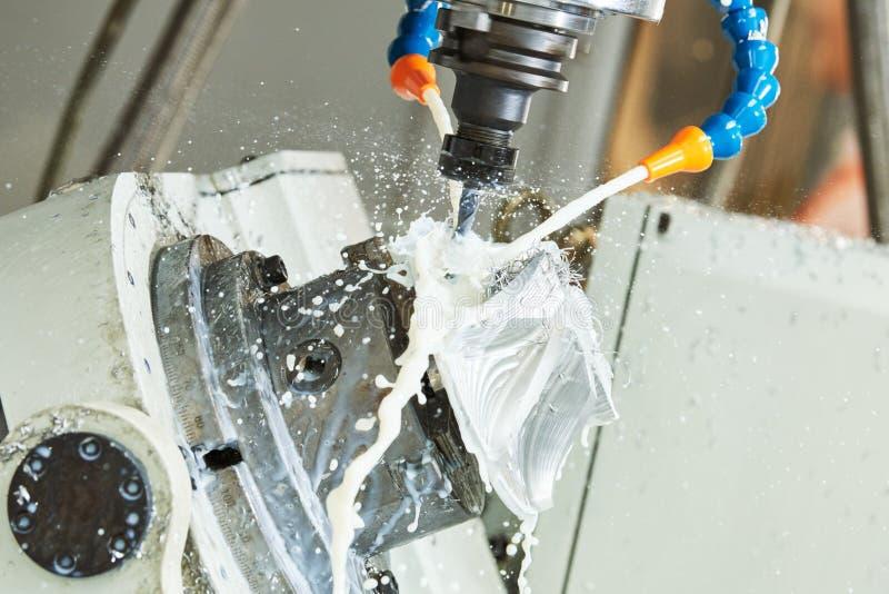 Mielenia metalwork CNC metal machining vertical młynem z coolant fotografia stock