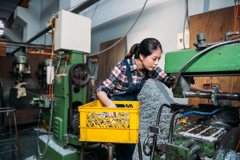 Mielenie maszyny żeński pracownik poważnie pracuje zdjęcie royalty free