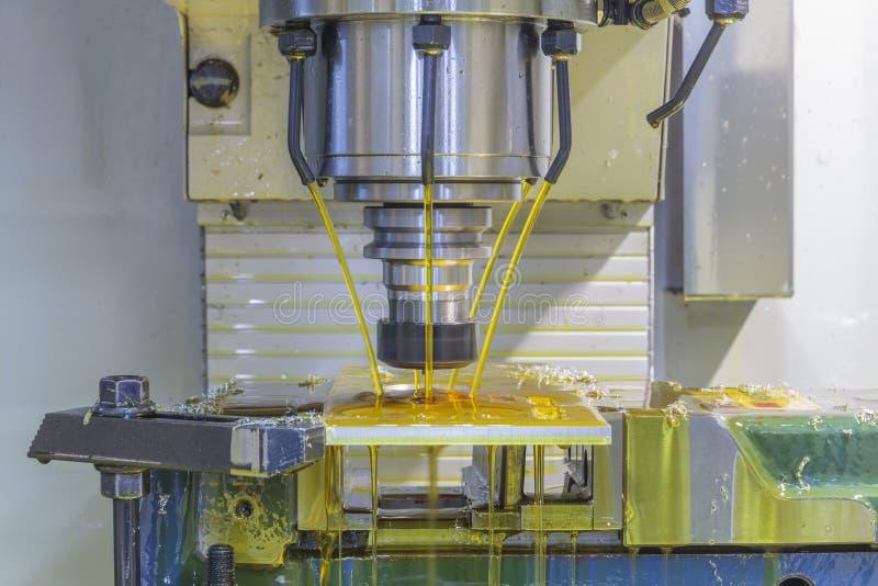 Mielenie maszyny CNC z nafcianym coolant fotografia royalty free