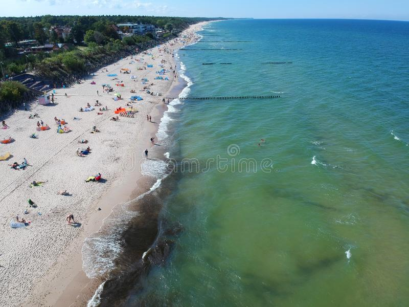 MIELNO, ΠΟΛΩΝΊΑ - 2 Σεπτεμβρίου 2018 - εναέρια άποψη σχετικά με την ηλιόλουστη παραλία με τους τουρίστες στη θάλασσα της Βαλτικής στοκ εικόνα