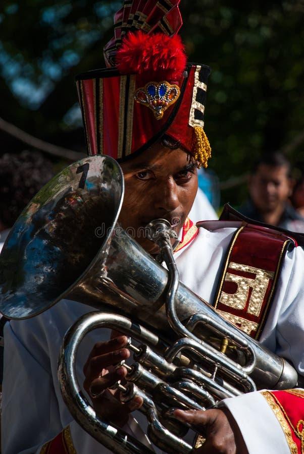 Miembro de la banda de metales que juega la tuba tenor en un festival hindú en la India del norte imagen de archivo libre de regalías