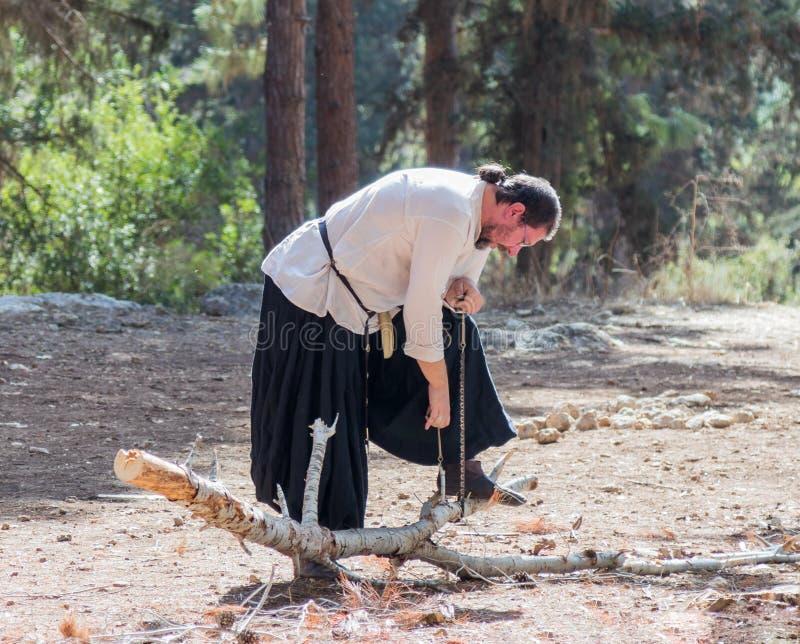 Miembro de la reconstrucción anual de la vida de los Vikingos - el ` que el pueblo del ` de Vikingos muestra cómo consideró un ár foto de archivo libre de regalías
