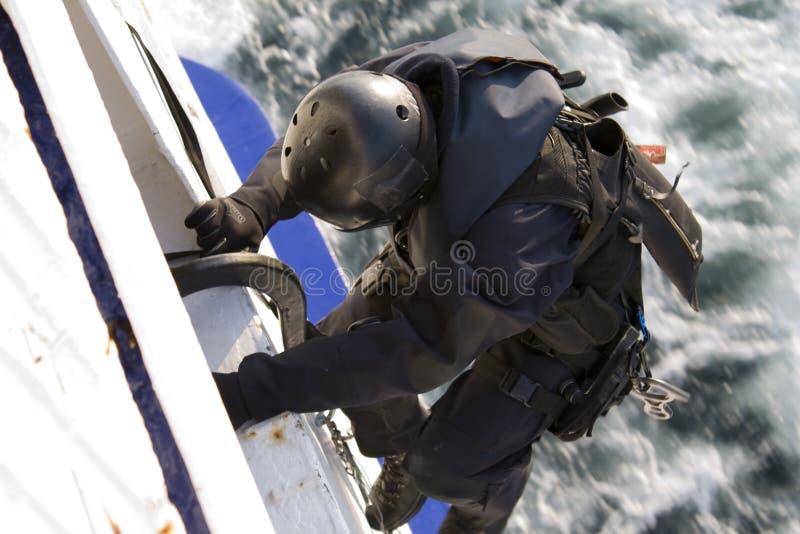 Miembro de las fuerzas especiales que sube en una nave móvil foto de archivo libre de regalías