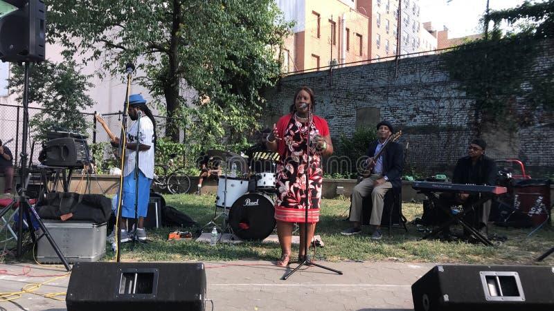 Miembro del Consejo Vanesa L Gibson habla en el mic abierto recibido por la banda de Morrisania en Bronx imagen de archivo