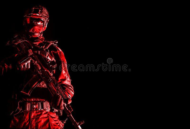 Miembro del pelotón de la policía de la élite en la munición táctica imagen de archivo