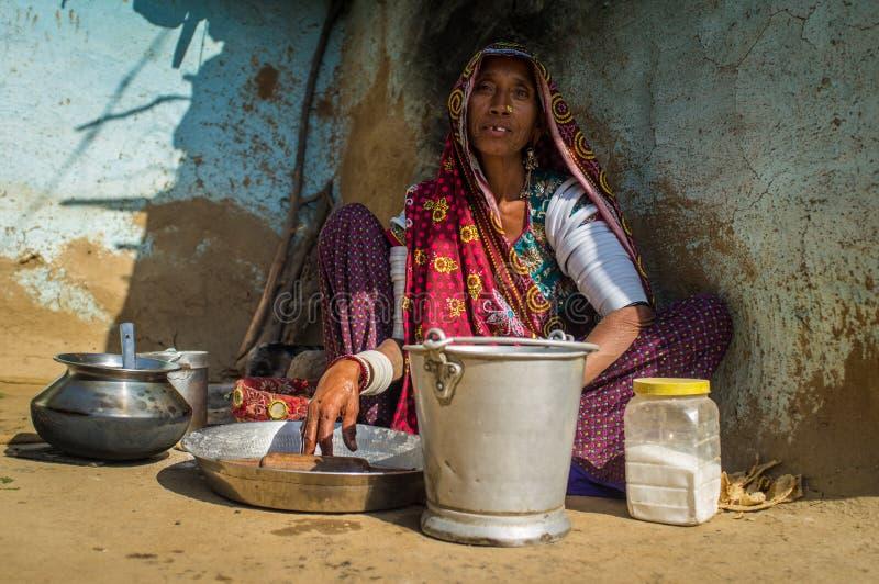 Miembro femenino de una tribu de Rabari foto de archivo