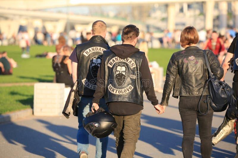 Miembros de los BANDANAS SERTOLOVO de un club de la motocicleta en el parque del 300o aniversario de St Petersburg fotografía de archivo