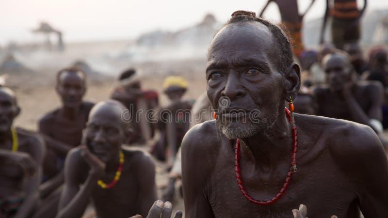 Miembros de una tribu africanos tradicionales fotos de archivo