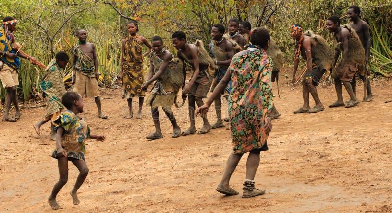 Miembros de una tribu de Hadzabe que bailan ceremonia imagenes de archivo