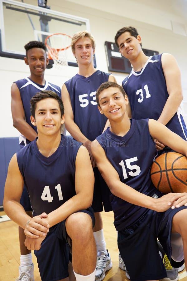 Miembros del equipo de baloncesto masculino de la High School secundaria foto de archivo libre de regalías