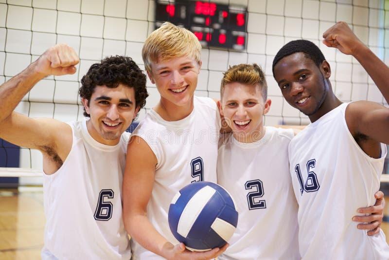 Miembros del equipo masculino del voleibol de la High School secundaria fotografía de archivo