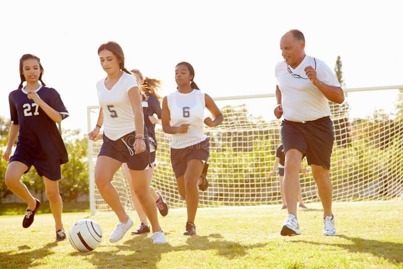 Miembros del fútbol femenino de la High School secundaria que juega el partido imágenes de archivo libres de regalías