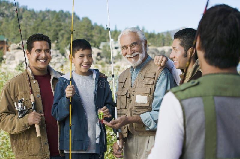 Miembros masculinos de la familia de tres generaciones al aire libre foto de archivo