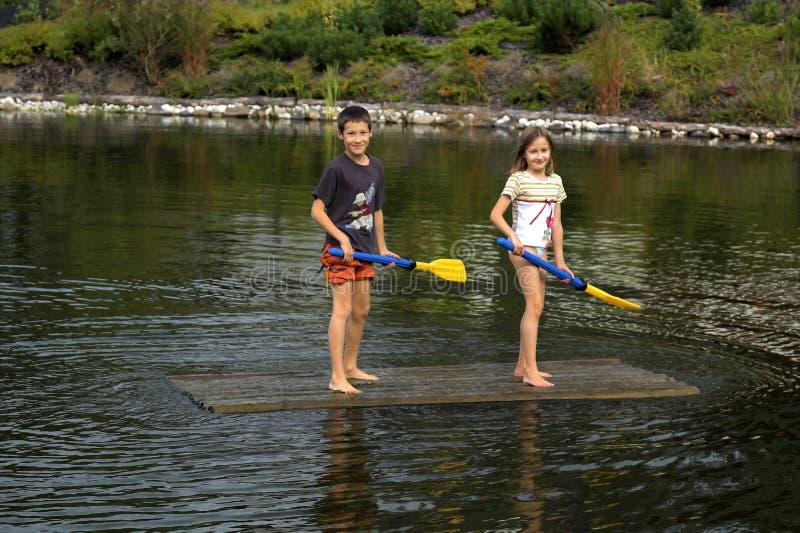 mienia dzieciaków paddles tratwa obraz stock