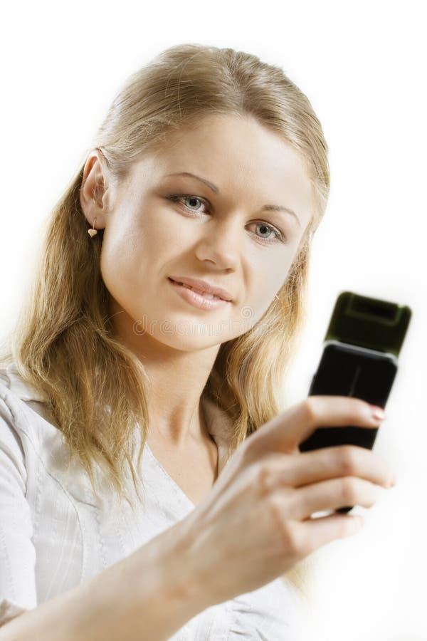 mienia telefon komórkowy uśmiechnięta kobieta zdjęcie royalty free