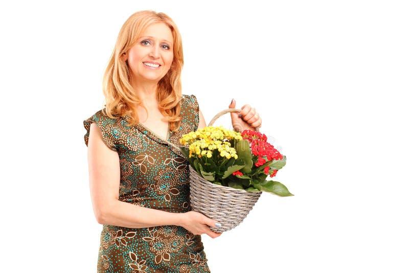 Mienia uśmiechnięci dojrzali żeńscy kwiaty zdjęcia stock