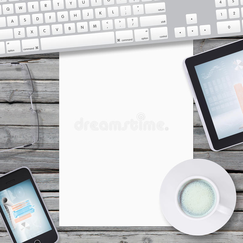 Mienta en el smartphone de madera del piso, tableta y vacie foto de archivo