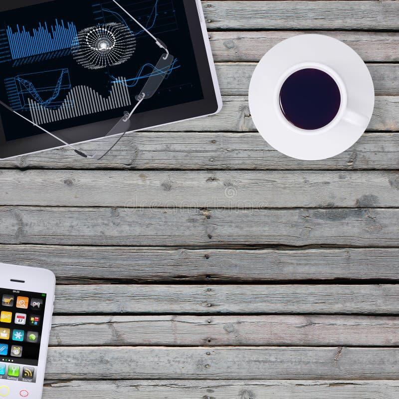 Mienta en smartphone, la tableta y el café de madera del piso imagen de archivo libre de regalías
