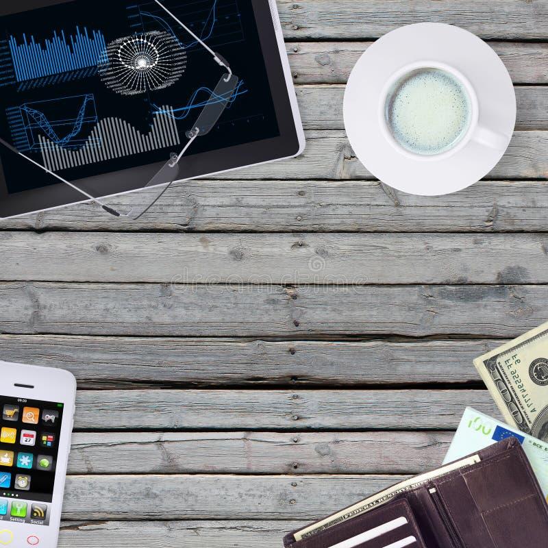 Mienta en smartphone, la tableta y la cartera de madera del piso foto de archivo libre de regalías