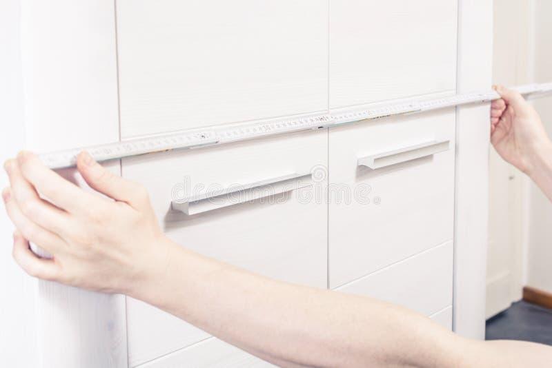 Mierzyć Drzwiowego rozmiar garderoba Z Stałą falcowanie władcą fotografia stock