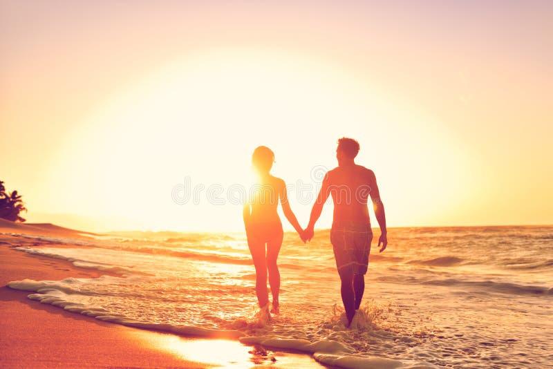 Miesiąc miodowy para na plaży w kochającym związku obraz stock