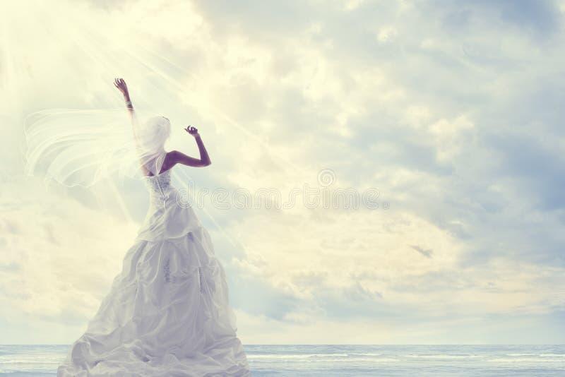 Miesiąc miodowy wycieczka, panny młodej Ślubna suknia, Romantyczna podróż, niebieskie niebo fotografia stock