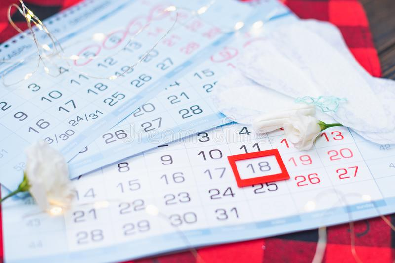 Miesiączka kalendarz z bawełna tamponami i sanitarnymi ochraniaczami Kobieta krytyczni dni, kobiety higieny ochrona fotografia stock