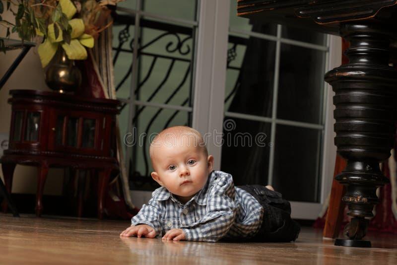 6 miesięcy męskiego dziecka obsiadania na podłoga zdjęcia stock