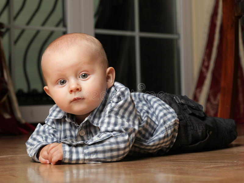 6 miesięcy męskiego dziecka obsiadania na podłoga zdjęcia royalty free
