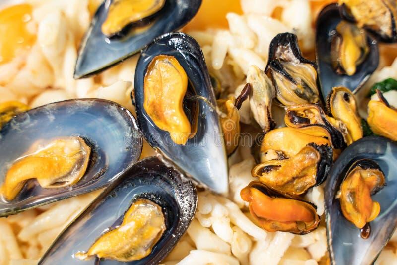Miesmuscheln und Krakensalat lizenzfreie stockfotografie
